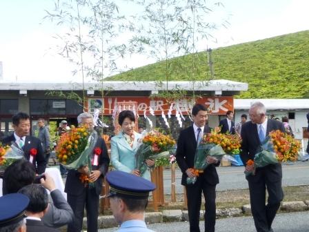 知事ブログ用写真③ 紅花花束