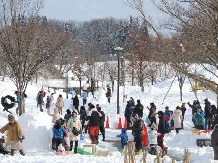 ③雪遊び親子